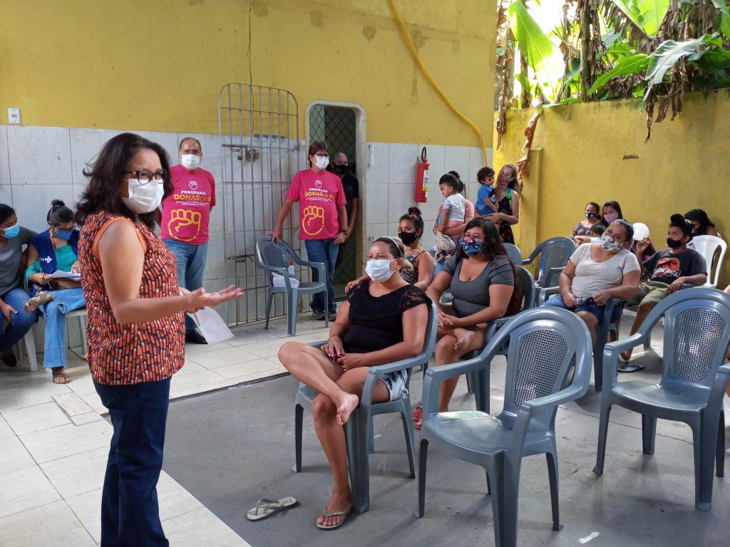 A coordenadora do Banco do Povo de Belém, Georgina Galvão, conduziu a reunião com as mulheres do Bora Belém do Bengui.