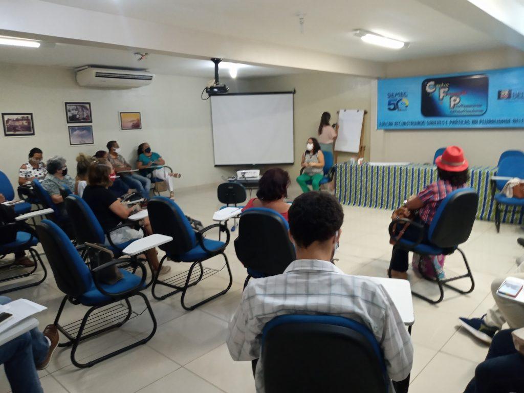 Coordenadora-geral do Banco do Povo de Belém colhe as demandas de empreendedores da economia solidária do setor de confecções.