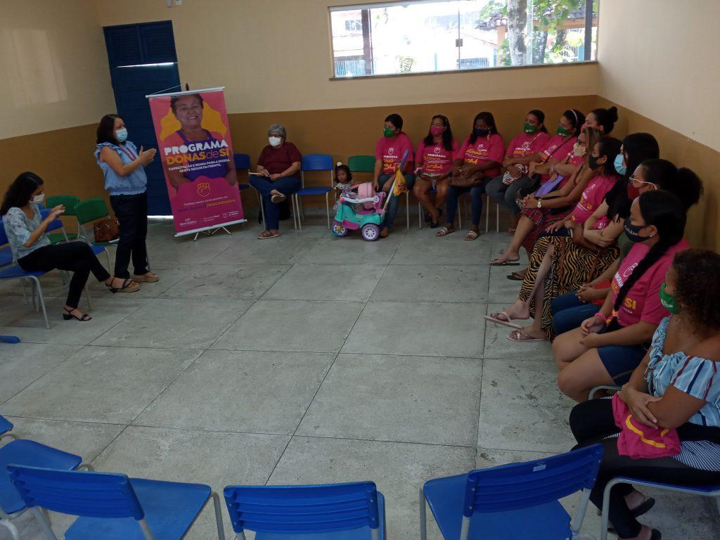 A coordenadora do Banco do Povo de Belém, Georgina Galvão, reúne com as concluintes do curso no Bengui (Ascom BPB).
