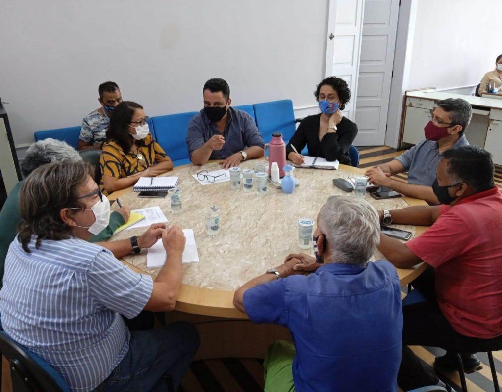 A coordenadora-geral do BPB, Georgina Galvão, e o secretário municipal de Economia, Apolônio Brasileiro, conduzem o atendimento com as equipes dos dois órgãos. (Foto: Ascom BPB)